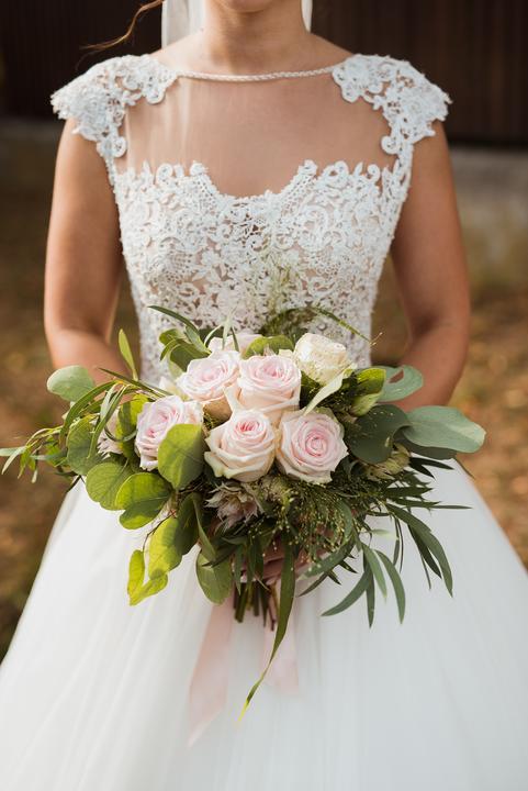 svadobná kytica z ružových ruží