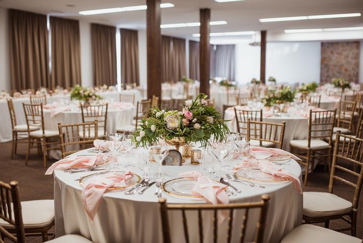 ružová svadobná výzdoba v masarykovom dvore