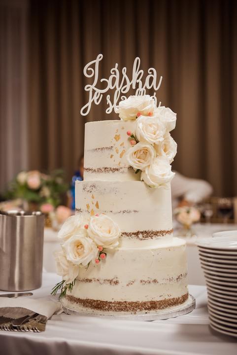 nahá krémová svadobná torta s ružami