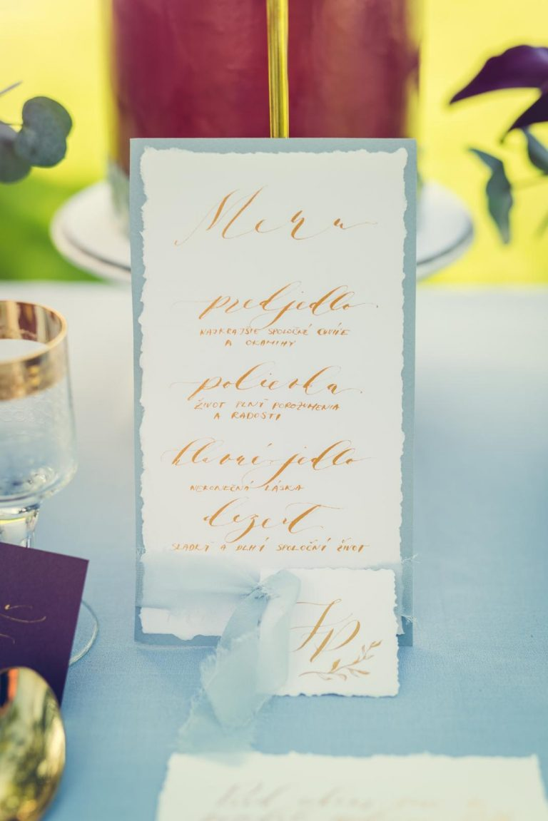 zlatá, modrá a vínová svadobná výzdoba