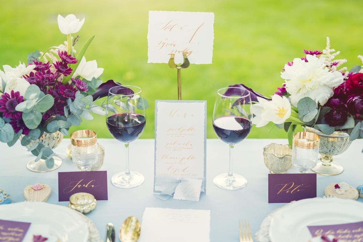 zlatá, modrá a bordová svadobná výzdoba