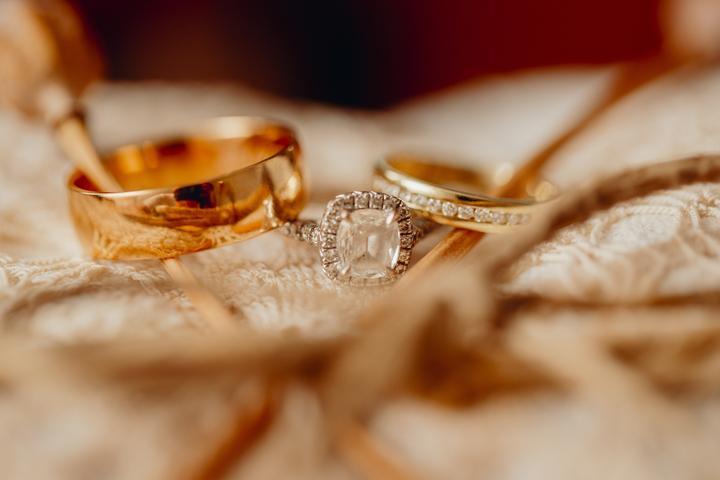 obrúčky a snubný prsteň