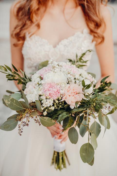 svadobná kytica z pivoniek