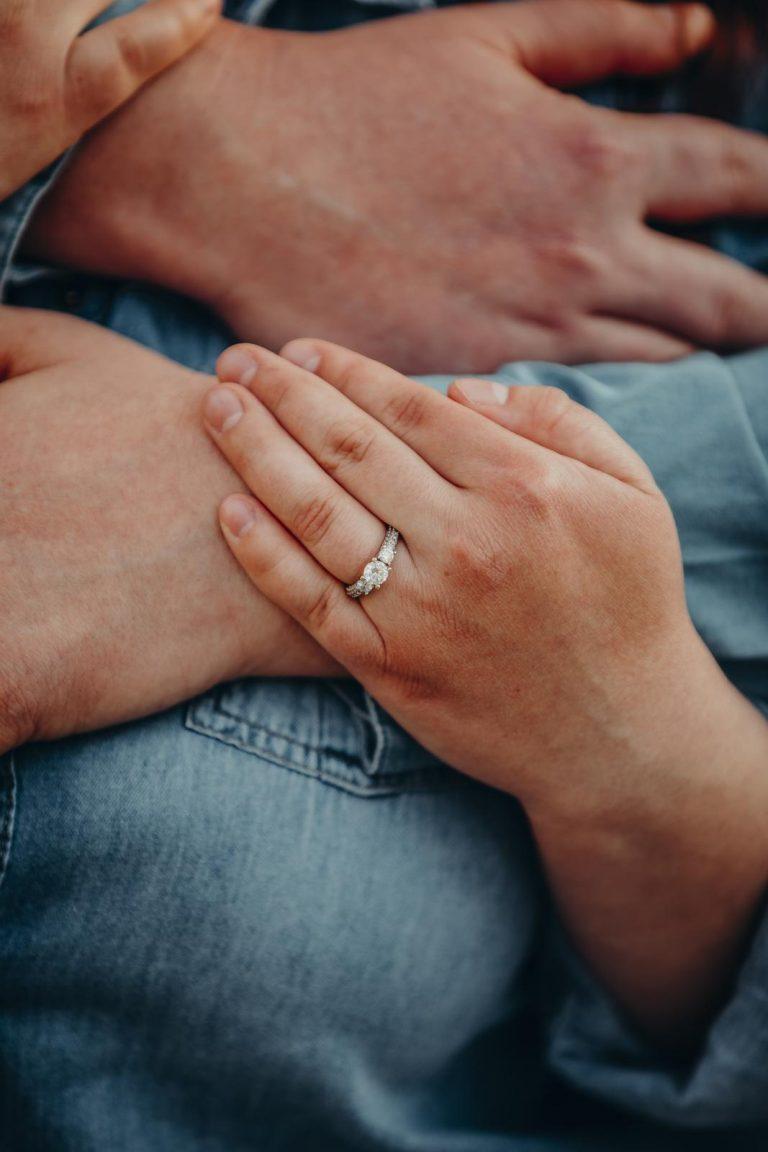 snubný prsteň z bieleho zlata a so zirkónom