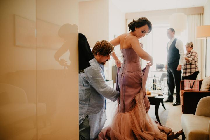 ružové, netradičné svadobné šaty