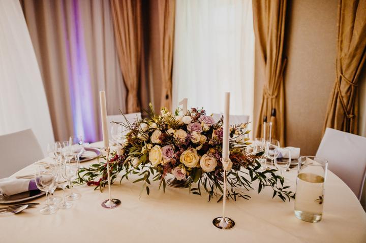 krémovo fialová svadobná výzdoba
