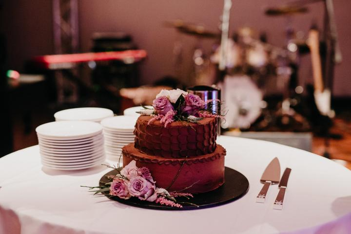 čokoládová svadobná torta s fialovými kvetmi