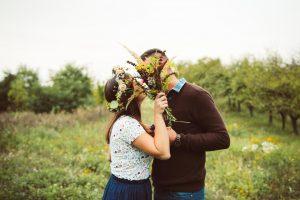 predsvadobné fotenie na lúke, kytica z lúčnych kvetov