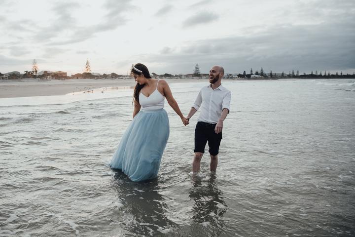 svadobné fotografie na pláži pri mori