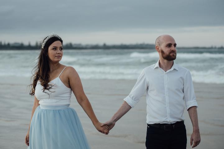 nevesta v modrých svadobných šatách
