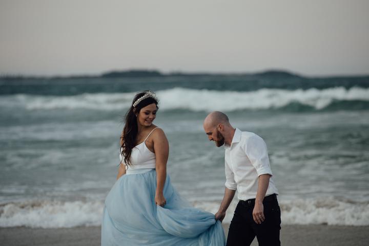 nevesta a ženích na pláži pri mori