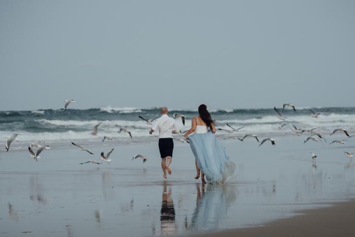 svadba na pláži a nevesta v modrých šatách