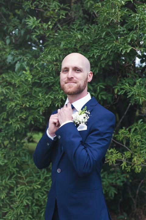 ženích v modrom svadobnom obleku