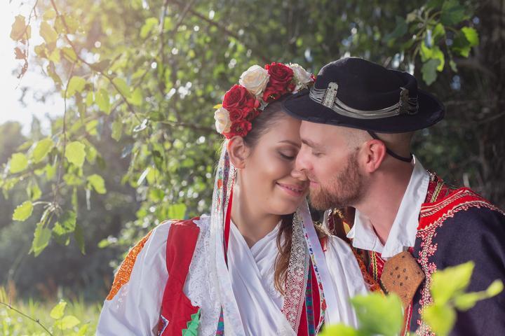 nevesta a ženích v slovenskom kroji