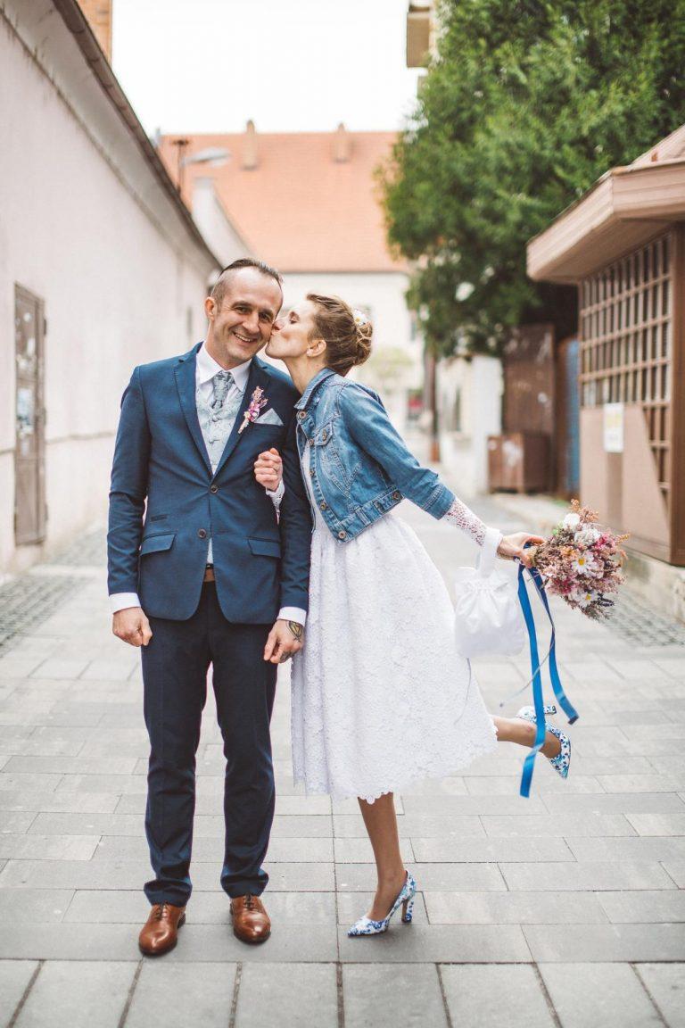krátke svadobné šaty a rifľová bunda