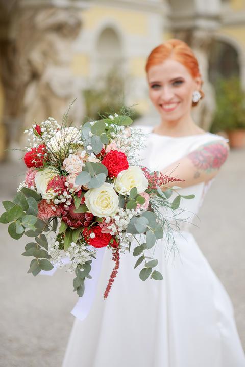 ryšavá nevesta s tetovaním, svadobná kytica z ruží