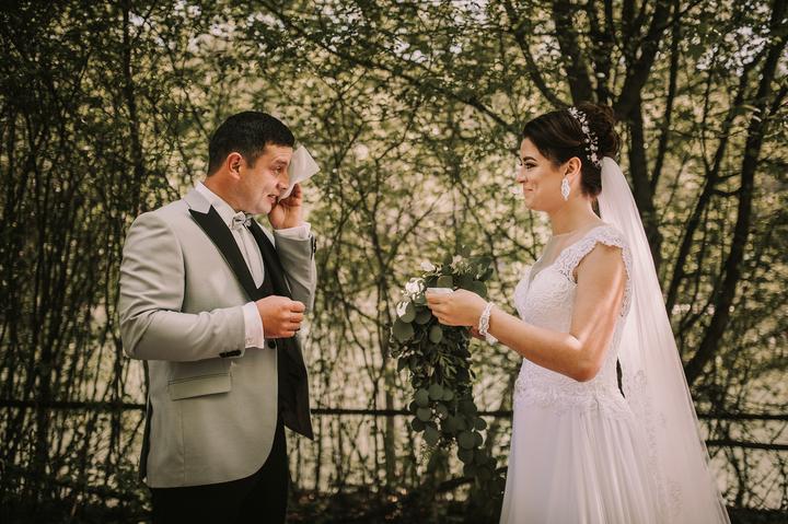 stretnutie a prvý pohľad nevesty a ženícha