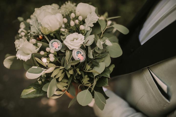 svadobná kytica s medailónom a fotkami