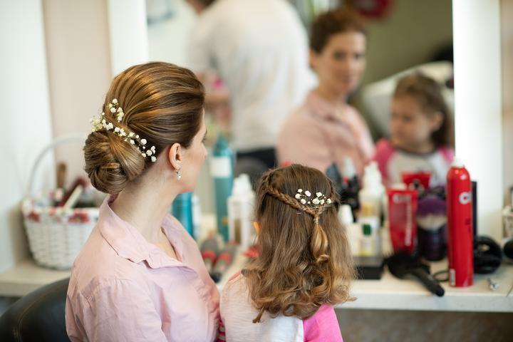 svadobný účes nevesty a dcérky