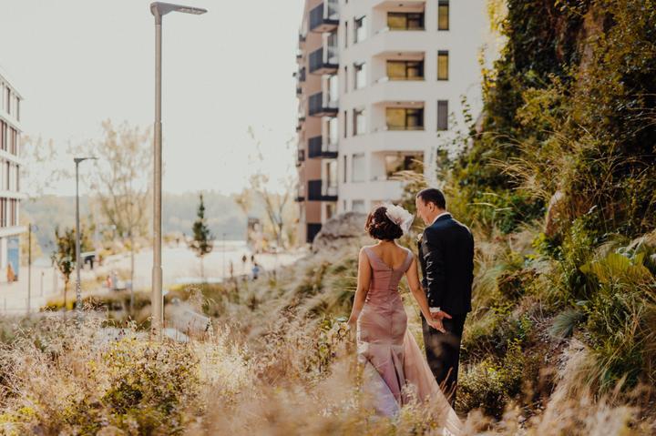 nevesta v ružových svadobných šatách