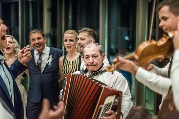 starejší a harmonikár na svadbe, cimbalovka na svadbe