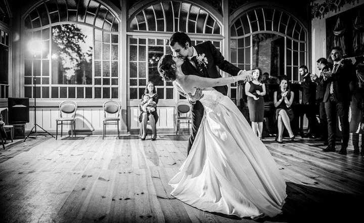 čiernobiele svadobné fotografie, prvý mladomanželský tanec