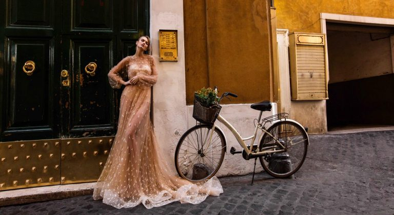 broskyňové svadobné šaty
