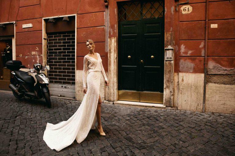 netradičné vyšívané svadobné šaty s perličkami