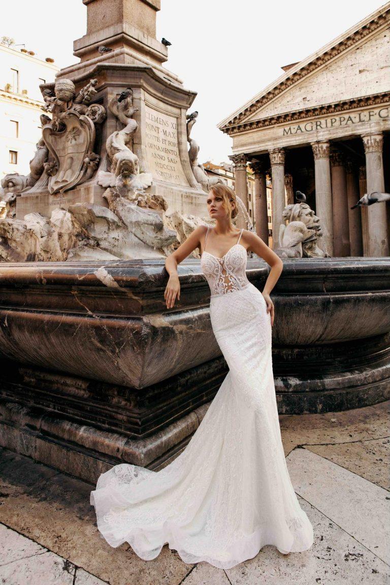 úzke korzetové svadobné šaty s ramienkami