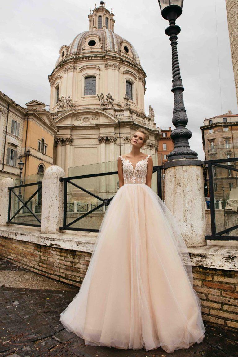 broskyňové čipkované svadobné šaty