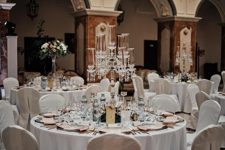 staroružová svadobná výzdoba v glamour štýle