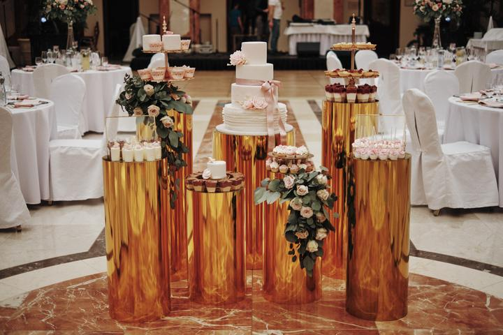 svadobný candy bar v zlatej a ružovej