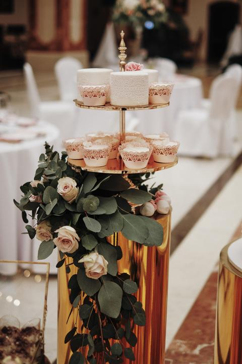 bielo ružová svadobná torta