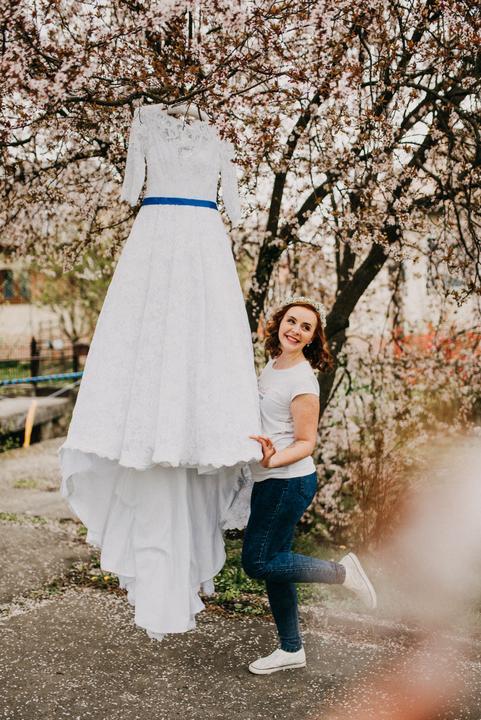 čipkované svadobné šaty s modrou stuhou