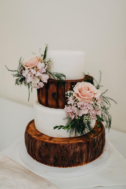 svadobná torta s motívom dreva
