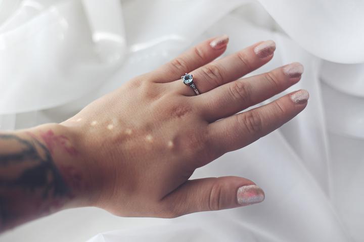 snubný prsteň s modrým očkom