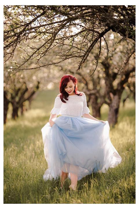 nevesta v modrej tylovej sukni
