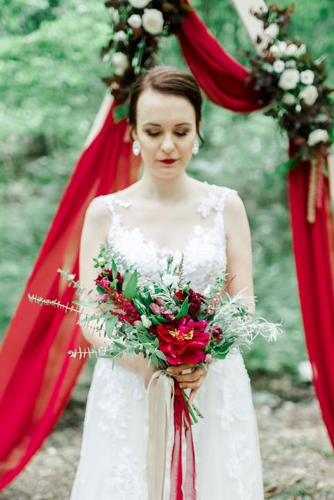 červená svadobná kytica
