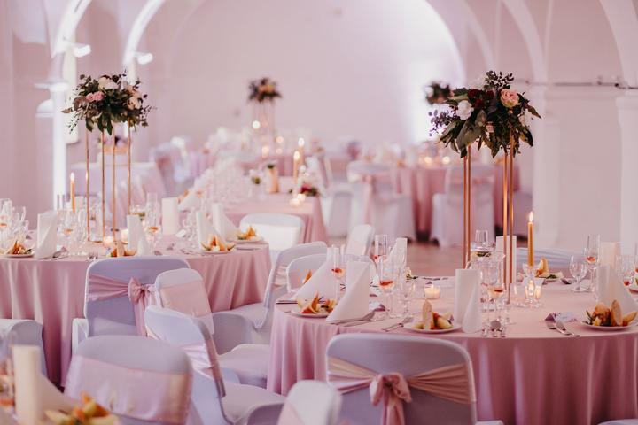 ružová a zlatá svadobná výzdoba
