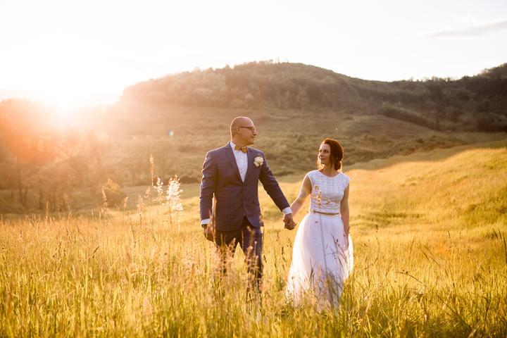 svadobné fotenie na lúke pri západe slnka