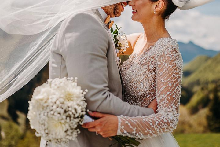 biele svadobné šaty s perličkami