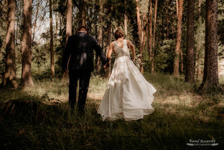 svadobné šaty s hladkou sukňou