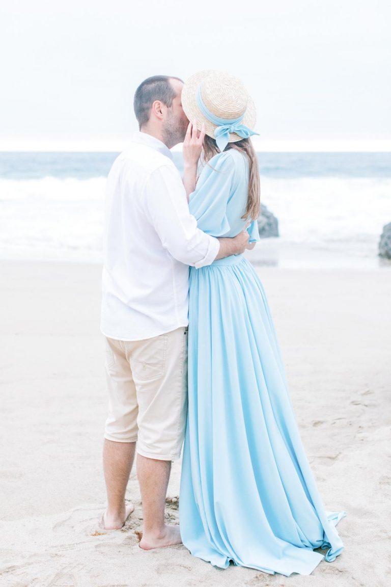 nevesta v svetlomodrých svadobných šatách