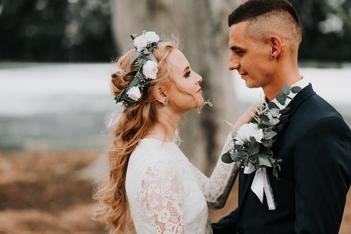 svadobný účes s kvetmi a venčekom