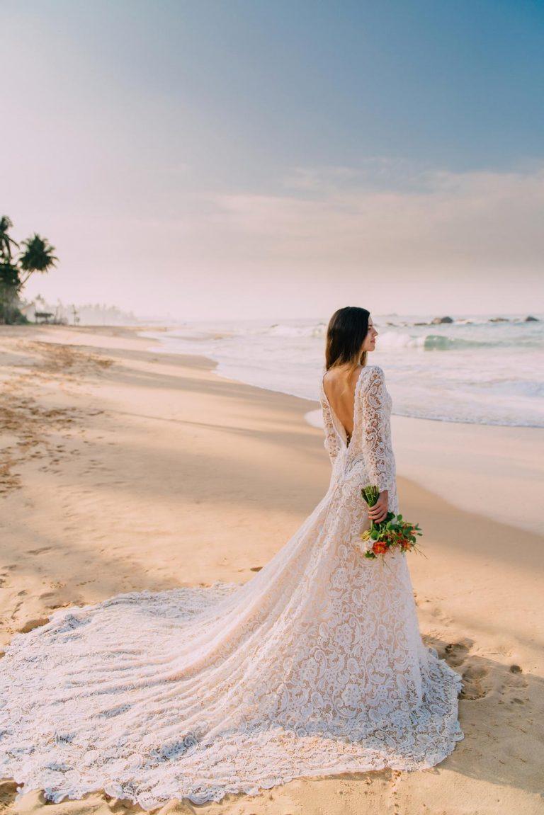 svadba na pláži, čipkované svadobné šaty s holým chrbtom