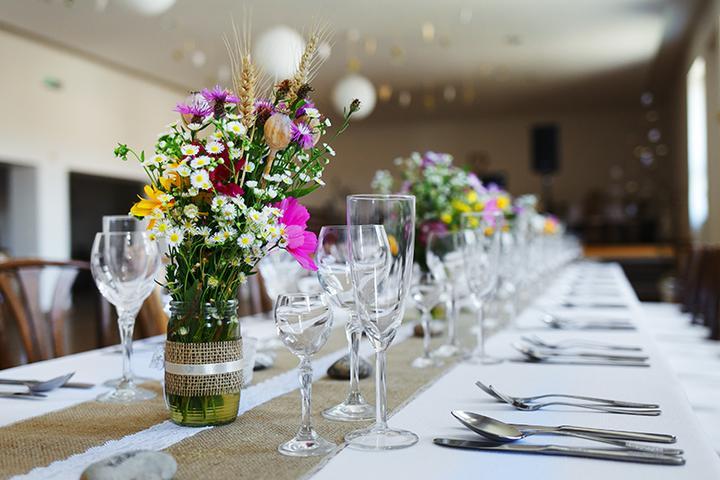 jednoduchá handmade svadobná výzdoba s lúčnymi kvetmi