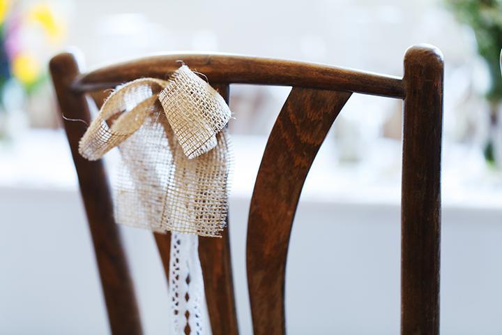 jednoduchá svadobná výzdoba stoličiek