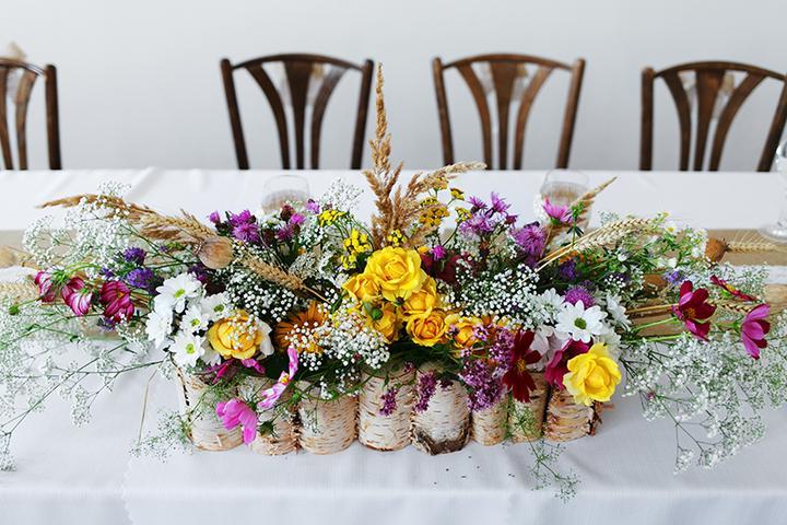 pestrofarebná svadobná ikebana na hlavný stôl