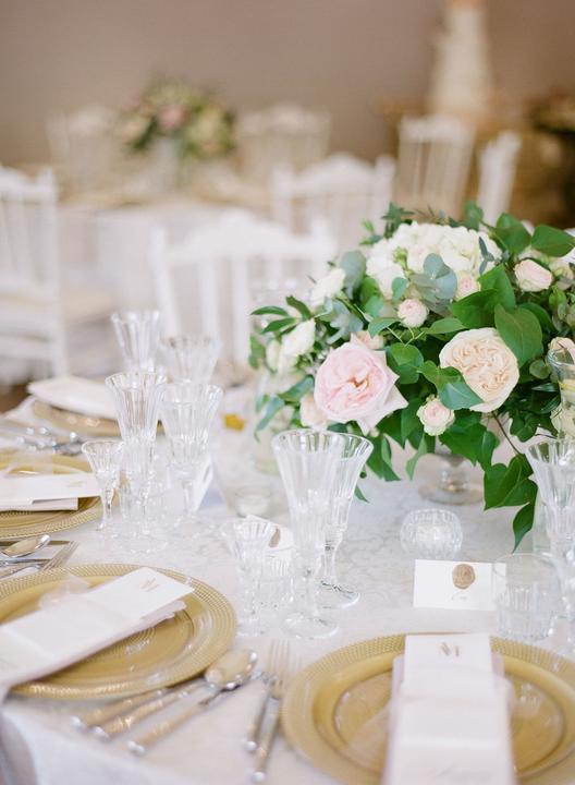 elegantná svadobná výzdoba z ruží a pivoniek