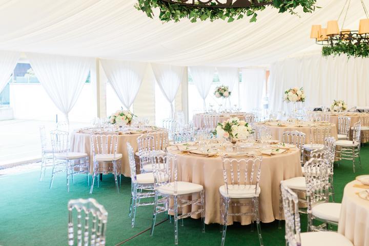 elegantná svadobná výzdoba v stane